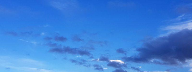 Blauer Himmel mit Mond 1